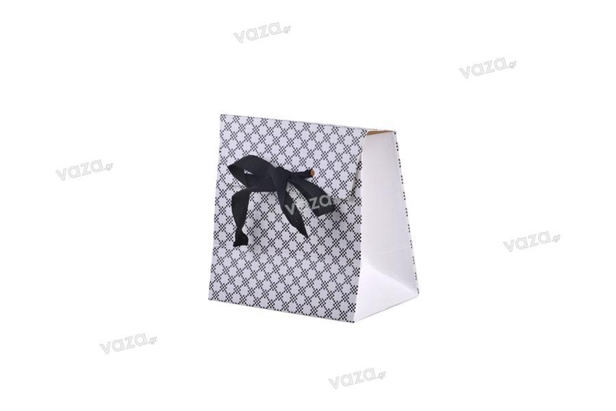 Συσκευασία δώρου χάρτινη με ιδιαίτερο σχέδιο και τύπωμα κορδέλα γκρο 10mm για φιόγκο 105x67x105