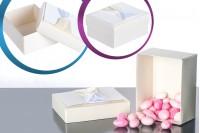 Boîte en carton blanc avec noeud beige et satin