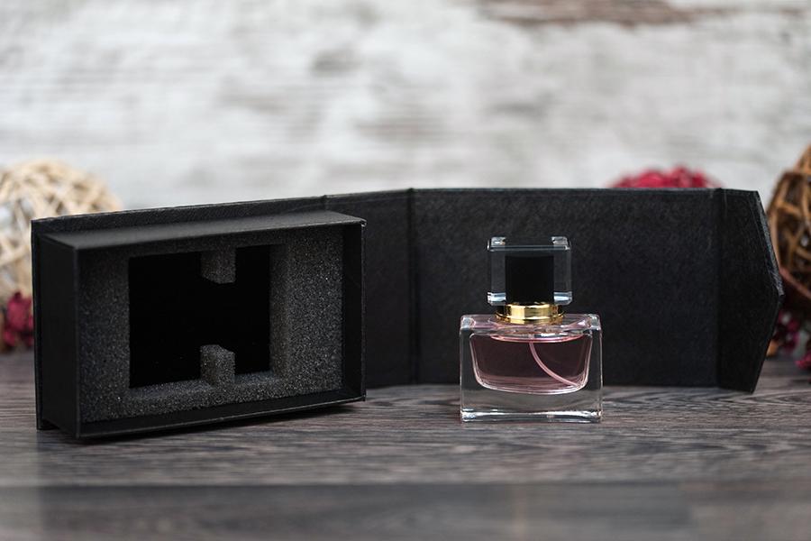 Θήκη πολυτελείας με μαγνητικό κλείσιμο σε χρώμα μαύρο 139x89x45 mm (για φιάλη 30 ml κωδ. 101-46-30)