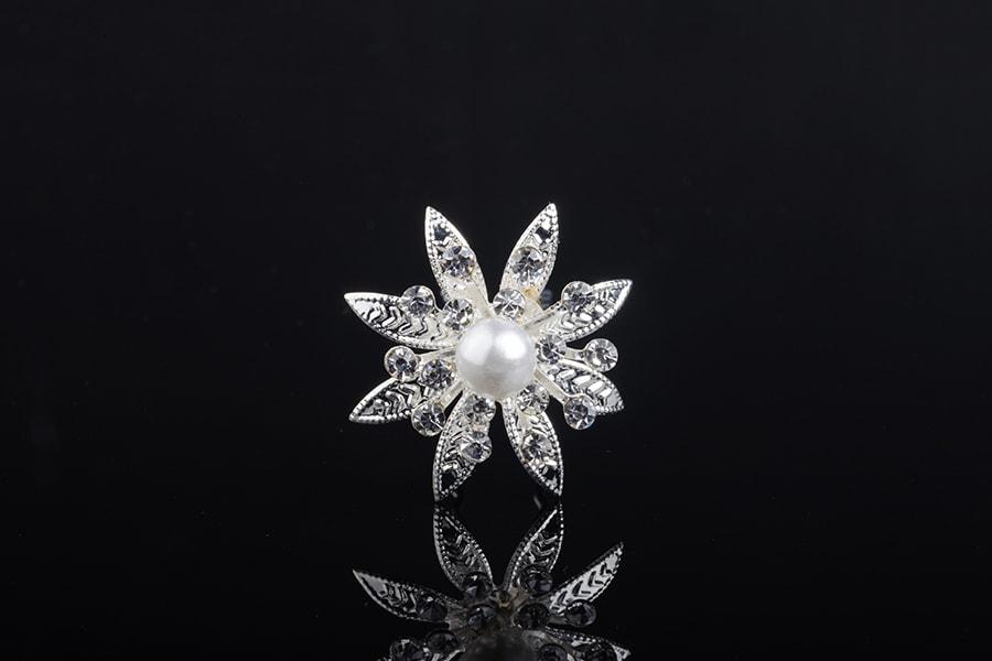 Καρφίτσα διακοσμητική μεταλλική με στρας και πέρλα σε σχήμα λουλουδιού  (πλάτος 30 mm) ... 86c2831ca47