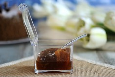 Κουτάκι ακρυλικό 81x57x70 mm διάφανο με ενσωματωμένο καπάκι και κουταλάκι (μήκος 112 mm) για γλυκά και μπαχαρικά