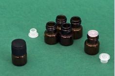Γυάλινο μπουκαλάκι μινιατούρα 1 ml, καραμελέ 16x22 με μαύρο καπάκι και πλαστική τάπα