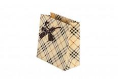 Τσάντα δώρου χάρτινη μπεζ καρώ με φιόγκο και βαμβακερό κορδόνι 140x70x150 mm