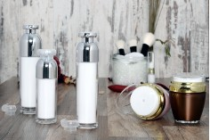 Bouteille luxueuse 30 ml airless acrylique (transparente à l'extérieur - blanche à l'intérieur) avec pompe pour crème et capuchon