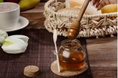 Βαζάκι 110 ml γυάλινο στρογγυλό 66x69 mm με ξύλινο κουταλάκι και φυσικό κωνικό φελλό